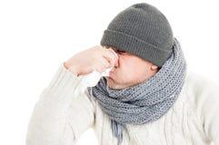 Κρύο άτομο που φυσά τη μύτη του στην πετσέτα εγγράφου ή hanky Στοκ φωτογραφία με δικαίωμα ελεύθερης χρήσης
