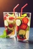 Κρύο και αναζωογονώντας εμποτισμένο detox νερό με τη φράουλα και το cucu Στοκ Εικόνα