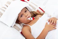 κρύο κορίτσι λίγο άρρωστο θερμόμετρο πακέτων Στοκ εικόνες με δικαίωμα ελεύθερης χρήσης
