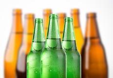 Κρύο μπουκάλι μπύρας που συσσωρεύεται στο άσπρο υπόβαθρο Στοκ εικόνα με δικαίωμα ελεύθερης χρήσης