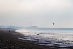 Κρύο νεφελώδες πρωί στη θάλασσα του Μπράιτον, Ηνωμένο Βασίλειο Στοκ Εικόνες