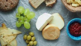 Κρύο ορεκτικό Κρύες περικοπές Διαφορετικά πρόχειρα φαγητά σε άσπρο τσαλακωμένο χαρτί, άνωθεν φιλμ μικρού μήκους