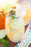 Κρύο ποτό με τα λεμόνια και τα πορτοκάλια Στοκ εικόνες με δικαίωμα ελεύθερης χρήσης