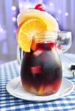 κρύο συμπυκνωμένο sangria κανατών γυαλιού Στοκ εικόνα με δικαίωμα ελεύθερης χρήσης