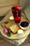 Κρύο τσάι με τις φρυγανιές και τη μαρμελάδα Στοκ φωτογραφία με δικαίωμα ελεύθερης χρήσης