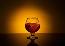 Κρύο τσάι με το λεμόνι, και το βακκίνιο Στοκ Φωτογραφία