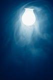 Κρύο φως λαμπτήρων βολβών στην ομίχλη Στοκ φωτογραφίες με δικαίωμα ελεύθερης χρήσης