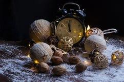 Κρύσταλλα του πάγου σε ένα φυσικό ξύλινο υπόβαθρο απομονωμένη Χριστούγεννα διάθεση τρία σφαιρών λευκό Στοκ Φωτογραφία