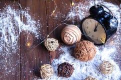 Κρύσταλλα του πάγου σε ένα φυσικό ξύλινο υπόβαθρο απομονωμένη Χριστούγεννα διάθεση τρία σφαιρών λευκό Στοκ Φωτογραφίες