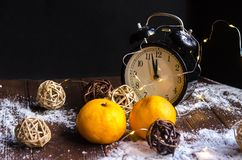 Κρύσταλλα του πάγου σε ένα φυσικό ξύλινο υπόβαθρο απομονωμένη Χριστούγεννα διάθεση τρία σφαιρών λευκό Στοκ Εικόνα
