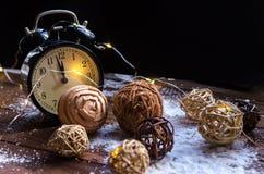 Κρύσταλλα του πάγου σε ένα φυσικό ξύλινο υπόβαθρο απομονωμένη Χριστούγεννα διάθεση τρία σφαιρών λευκό Στοκ εικόνες με δικαίωμα ελεύθερης χρήσης