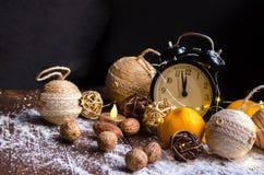 Κρύσταλλα του πάγου σε ένα φυσικό ξύλινο υπόβαθρο απομονωμένη Χριστούγεννα διάθεση τρία σφαιρών λευκό Στοκ Εικόνες