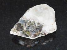 κρύσταλλο βράχου του πολύτιμου λίθου χαλαζία στο σκοτάδι Στοκ Φωτογραφία