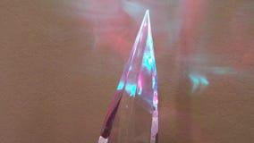 Κρύσταλλο που γυρίζει αντίθετα προς δεξιόστροφα να παρουσιάσει κόκκινες & μπλε αντανακλάσεις απόθεμα βίντεο