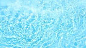 Κρύσταλλο - σαφές, μπλε και λαμπιρίζοντας νερό σε μια κωπηλατώντας λίμνη φιλμ μικρού μήκους