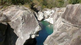 Κρύσταλλο - σαφείς τυρκουάζ ροές Verzasca ποταμών βουνών στην κοιλάδα των ελβετικών ορών απόθεμα βίντεο