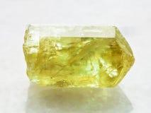 Κρύσταλλο του κίτρινου Apatite πολύτιμου λίθου στο λευκό Στοκ Εικόνες