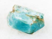 κρύσταλλο του μπλε apatite πολύτιμου λίθου στο λευκό Στοκ Εικόνες