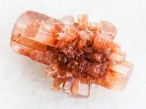 κρύσταλλο του πολύτιμου λίθου Aragonite στο άσπρο μάρμαρο Στοκ φωτογραφία με δικαίωμα ελεύθερης χρήσης