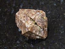 κρύσταλλο του πολύτιμου λίθου Zircon στο σκοτεινό υπόβαθρο Στοκ εικόνες με δικαίωμα ελεύθερης χρήσης