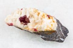 κρύσταλλο Cinnabar στην ακατέργαστη Carbonatite πέτρα Στοκ Φωτογραφία