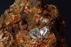 Κρύσταλλο Zircon rutile στο μετάλλευμα που απομονώνεται στοκ φωτογραφία με δικαίωμα ελεύθερης χρήσης