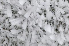 Κρύσταλλα πάγου που διαμορφώνουν στην επίγεια επιφάνεια το πρωί Στοκ Φωτογραφίες