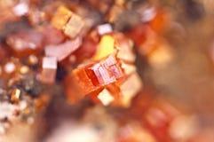 Κρύσταλλα Vanadinite Μακροεντολή Ακραία κινηματογράφηση σε πρώτο πλάνο Στοκ Εικόνα