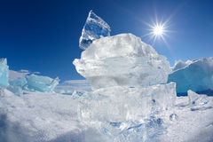 Κρύσταλλο και ήλιος επιπλέοντος πάγου πάγου πέρα από Baikal τη λίμνη Στοκ φωτογραφίες με δικαίωμα ελεύθερης χρήσης