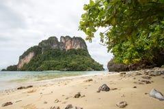 Κρύσταλλο - σαφής ευχάριστης και σκιερής ατμόσφαιρα θαλάσσιου νερού, στο νησί Phak Bia, περιοχή AO Luek, Krabi, Ταϊλάνδη Στοκ Εικόνες