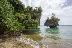 Κρύσταλλο - σαφής ευχάριστης και σκιερής ατμόσφαιρα θαλάσσιου νερού, στο νησί Phak Bia, περιοχή AO Luek, Krabi, Ταϊλάνδη Στοκ φωτογραφία με δικαίωμα ελεύθερης χρήσης