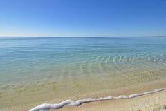 Κρύσταλλο - σαφής παραλία κάτω από έναν ασυννέφιαστο ουρανό Στοκ εικόνα με δικαίωμα ελεύθερης χρήσης
