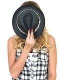Κρύψιμο γυναικών πίσω από ένα Tilbury καπέλο Στοκ φωτογραφίες με δικαίωμα ελεύθερης χρήσης
