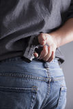 Κρύψιμο ενός όπλου Στοκ φωτογραφία με δικαίωμα ελεύθερης χρήσης