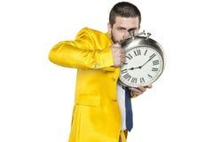 Κρύψιμο επιχειρηματιών πίσω από ένα ρολόι Στοκ εικόνα με δικαίωμα ελεύθερης χρήσης