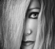 Κρύψιμο κοριτσιών πίσω από την τρίχα στο πρόσωπο Στοκ φωτογραφία με δικαίωμα ελεύθερης χρήσης