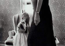 κρύψιμο κοριτσιών Στοκ φωτογραφία με δικαίωμα ελεύθερης χρήσης