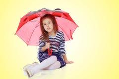 Κρύψιμο μικρών κοριτσιών κάτω από μια ομπρέλα Στοκ Εικόνα