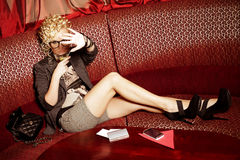Κρύψιμο σούπερ σταρ Glamourous από τα παπαράτσι Στοκ φωτογραφία με δικαίωμα ελεύθερης χρήσης
