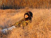 Κρύψιμο στη χλόη Στοκ εικόνα με δικαίωμα ελεύθερης χρήσης
