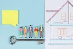 κτήμα έννοιας πραγματικό Κτήριο οικοδόμησης Η κενή ομιλία βράζει, αριθμοί παιχνιδιών ανθρώπων, πρότυπο σπίτι εγγράφου, σχεδιαγράμ Στοκ Εικόνα