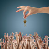κτήμα έννοιας πραγματικό Πολλά χέρια θέλουν να πάρουν Στοκ Εικόνες