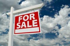 κτήμα σύννεφων πέρα από το πραγματικό σημάδι πώλησης Στοκ εικόνα με δικαίωμα ελεύθερης χρήσης