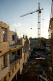 Κτήρια κάτω από την οικοδόμηση και το γερανό Στοκ φωτογραφία με δικαίωμα ελεύθερης χρήσης