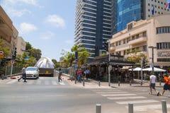 Κτήρια και άνθρωποι που περπατούν γύρω στο διάσημο Rothschild Bou στοκ φωτογραφία με δικαίωμα ελεύθερης χρήσης