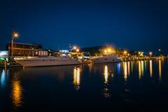 Κτήρια και βάρκες κατά μήκος της προκυμαίας τη νύχτα, σε Annapolis, Στοκ φωτογραφία με δικαίωμα ελεύθερης χρήσης
