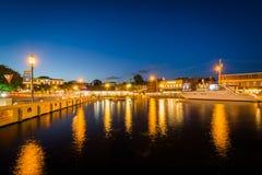 Κτήρια και βάρκες κατά μήκος της προκυμαίας τη νύχτα, σε Annapolis, Στοκ Εικόνα