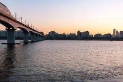 Κτήρια και γέφυρα στο ηλιοβασίλεμα στοκ εικόνες