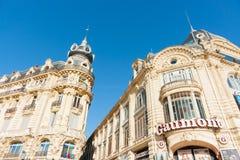 Κτήρια κατά μήκος της θέσης de LE Comedie συμπεριλαμβανομένου του ύφους Γ beaux-τεχνών Στοκ Εικόνες
