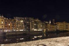 Κτήρια κατά μήκος του ποταμού Arno στη Φλωρεντία στη νύχτα Στοκ εικόνα με δικαίωμα ελεύθερης χρήσης